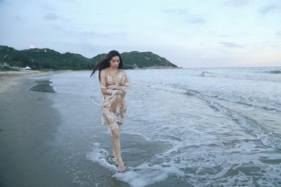 """Hồ Ngọc Hà buồn man mác, lang thang trên biển nhớ """"Người yêu cũ"""""""