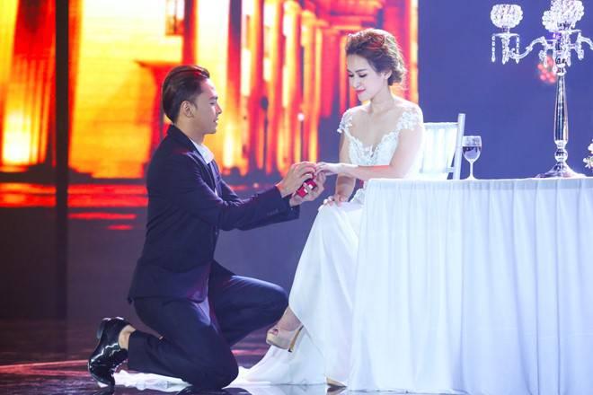 """Cặp đôi đẹp Tú Vi – Văn Anh """"cầu hôn"""" lại trên sân khấu"""
