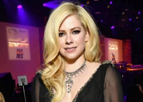 Avril Lavigne tái xuất sau nhiều năm mắc bệnh nguy hiểm