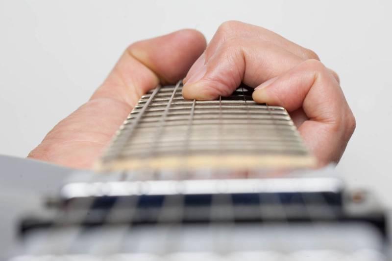 Đau đầu ngón tay khi mới chơi guitar – chuyện nhỏ!
