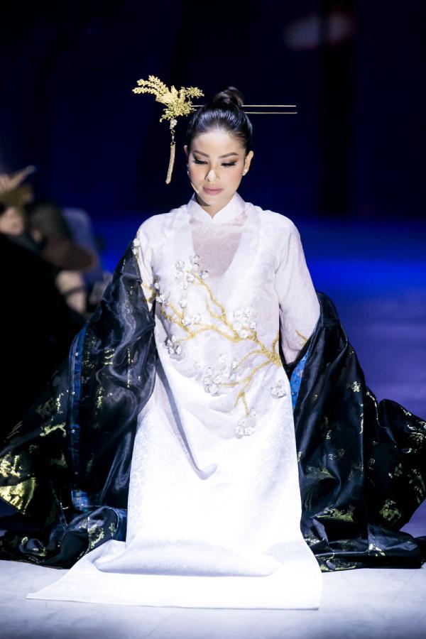 Hoa hậu Phạm Hương hát cải lương trên sàn diễn thời trang
