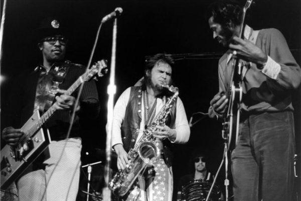 Bo Diddley (bìa trái) và Chuck Berry (bìa phải) trong một cuộc biểu diễn - Ảnh: Bob Gruen