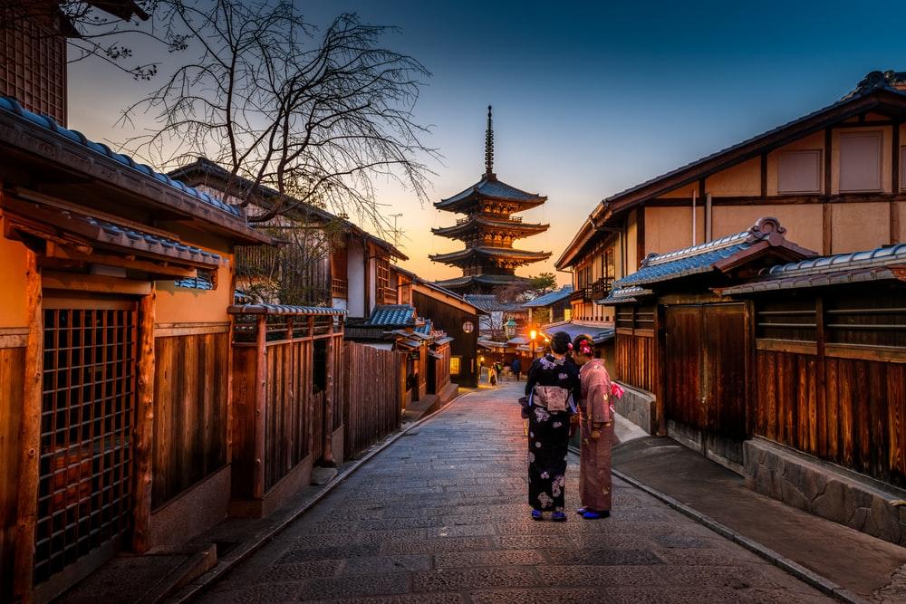Geishas trên phố Ninenzaka ở Kyoto.