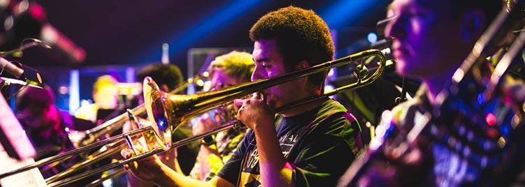 Luyện tập thường xuyên cùng với các nghệ sĩ Jazz khác để nâng cao kỹ năng của bản thân