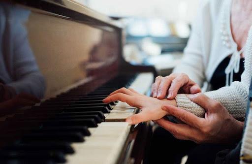 Tập luyện từng tay trước sẽ giúp bạn rút ngắn thời gian học một bản piano