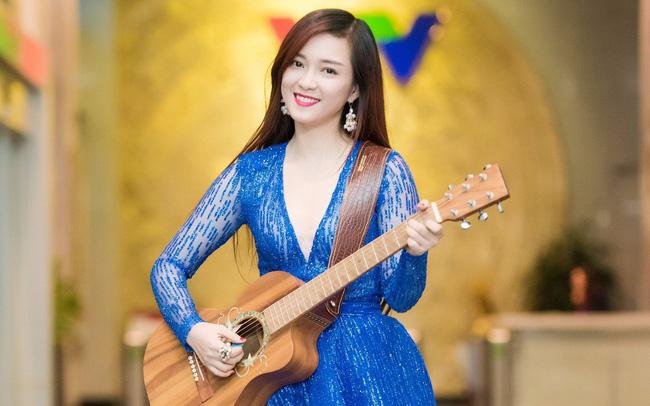 Học cách đánh đàn guitar và hát theo hoặc tìm ai đó đệm đàn cho bạn tập hát. (Ảnh: Google)