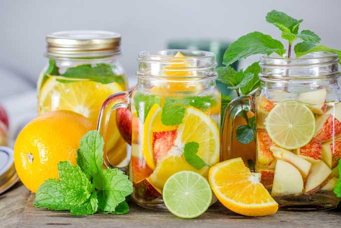 Uống nước cam để bổ sung vitamin C, tăng cường hệ miễn dịch để mau khỏi cảm