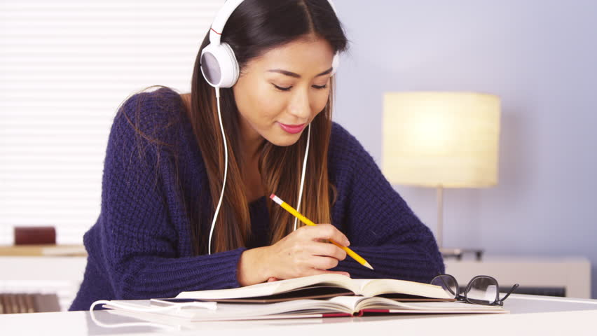 Khi học tiếng Nhật giao tiếp cần học hát, xem phim