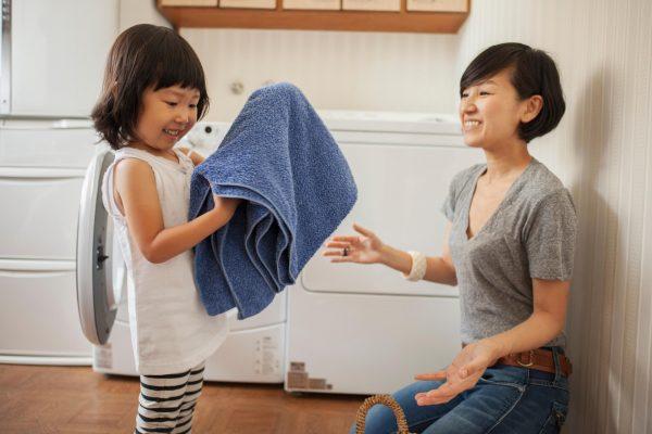 Giúp mẹ làm việc nhà - Những điều con cái nên làm nhân ngày Vu Lan báo hiếu cha mẹ