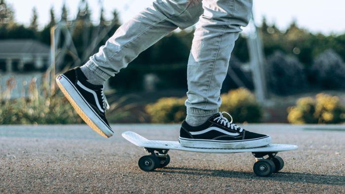 Vans và Converse chính là những thương hiệu thời trang đầu tiên gắn liền với phong cách thể thao skater