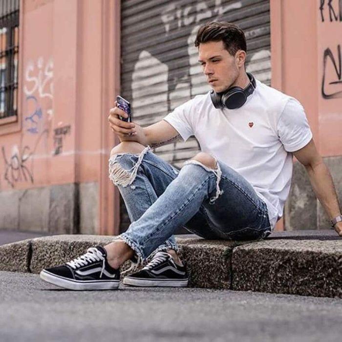 Kết hợp giày Vans cùng quần Jean và áo phông là cách phối đồ đã không còn xa lạ với nhiều anh chàng hiện nay