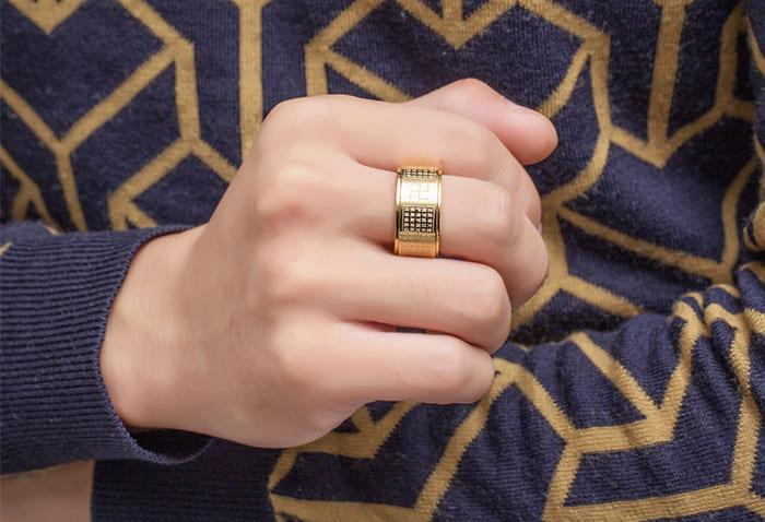 Lớp vàng mạ bên ngoài trang sức rất dễ bị bong tróc, trầy xước