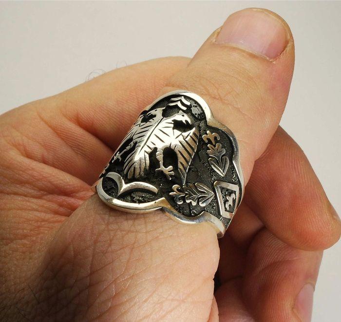 Đeo nhẫn ở ngón trỏ là tượng trưng cho quyền uy, sự mạnh mẽ